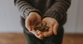 Münzen in ausgestreckten Händen - Taschengeld während eines High School Aufenthaltes in Australien